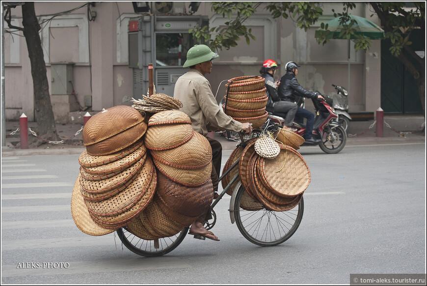 Порадовало, что в Ханое нет засилья мотоциклов. Мы его еще увидим в конце путешествия - в Хошимине. А туристический центр Ханоя радует взор и другими средствами передвижения. Вьетнамцы перевозят на велосипедах и мотоциклах все и вся.