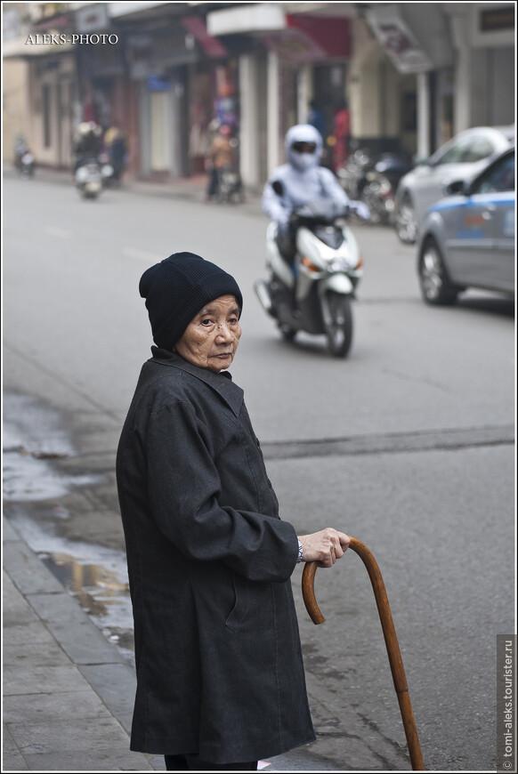 Размеренная жизнь ханойских пенсионеров - целая отдельная тема. Мы еще вернемся к ней и посмотрим, как начинается утро на берегу озера Хоан Кием в центре туристического района. А пока - прогуливаемся по кварталам старого Ханоя.