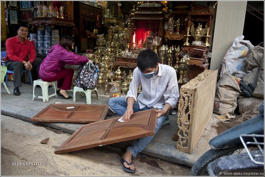 Вьетнамцы славятся своими сувенирами и всякого рода поделками. Руки у них, на само деле, золотые. И в этом они не оригинальны. Наверно, это отличительная черта всех азиатов. Дерево очень любят обрабатывать и соседние китайцы с тайцами.