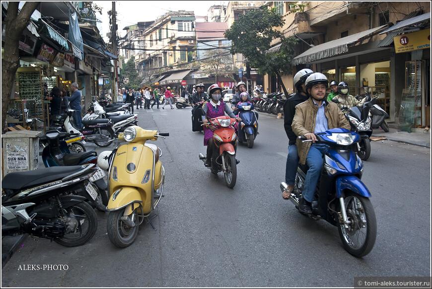 Транспорт города - особая тема. В туристическом районе мы особо не видели городских автобусов, чаще - такси и мотоциклы. А также здесь можно увидеть велорикш, которые возят иностранцев по центру...