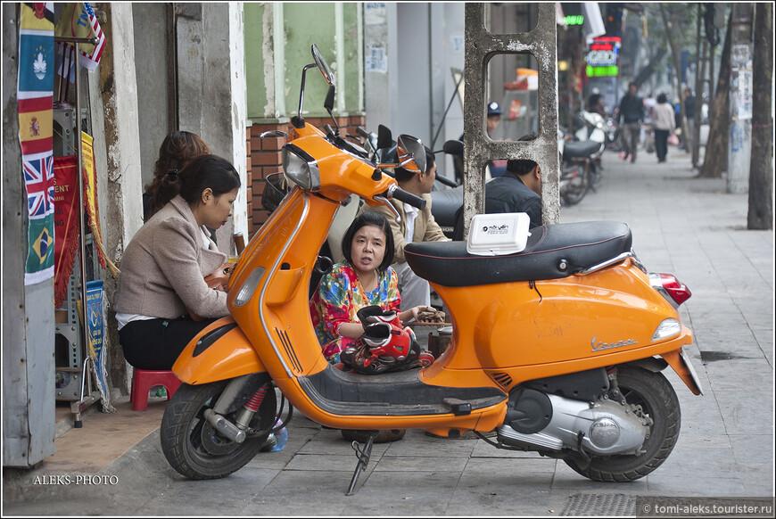 Как и во многих других азиатских городах, ханойцы очень любят сидеть по обочинам дорог. И радует, что в Ханое есть тротуары. Хотя часто они загромождены чем угодно.