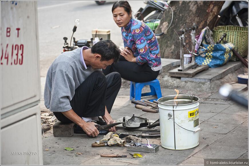 Часто можно увидеть ханойцев, которые что-то мастерят прямо на обочине дороги. Хотя подобные картины я часто видел и в Индии...