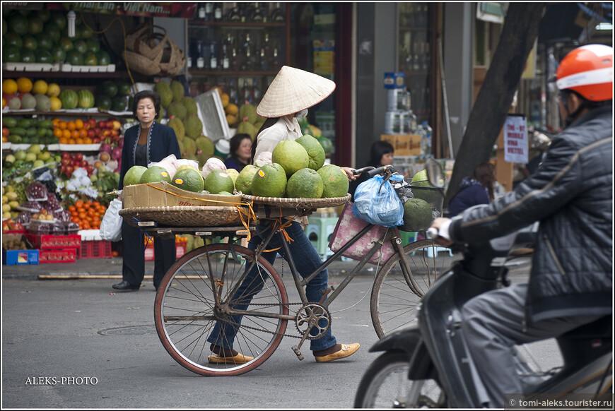 На самом деле фрукты - настоящая палочка-выручалочка для всех жителей Вьетнама. Ведь иностранцы всегда покупают их с удовольствием. И местному населению всегда есть, чем заняться...