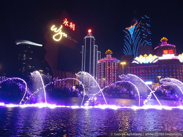 Посетите вечером шоу музыкальных фонтанов у отеля-казино Wynn
