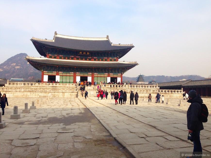 Исторический центр города — это город династии Чосон. Сохранилось очень много построек того времени и главное здание  — дворцовый комплекс Кёнбоккун (Дворец Кёнбок). Он был главным и крупнейшим дворцом в эпоху династии Чосон, в котором жила королевская семья, и одним из пяти больших дворцов, построенных в период Чосон.