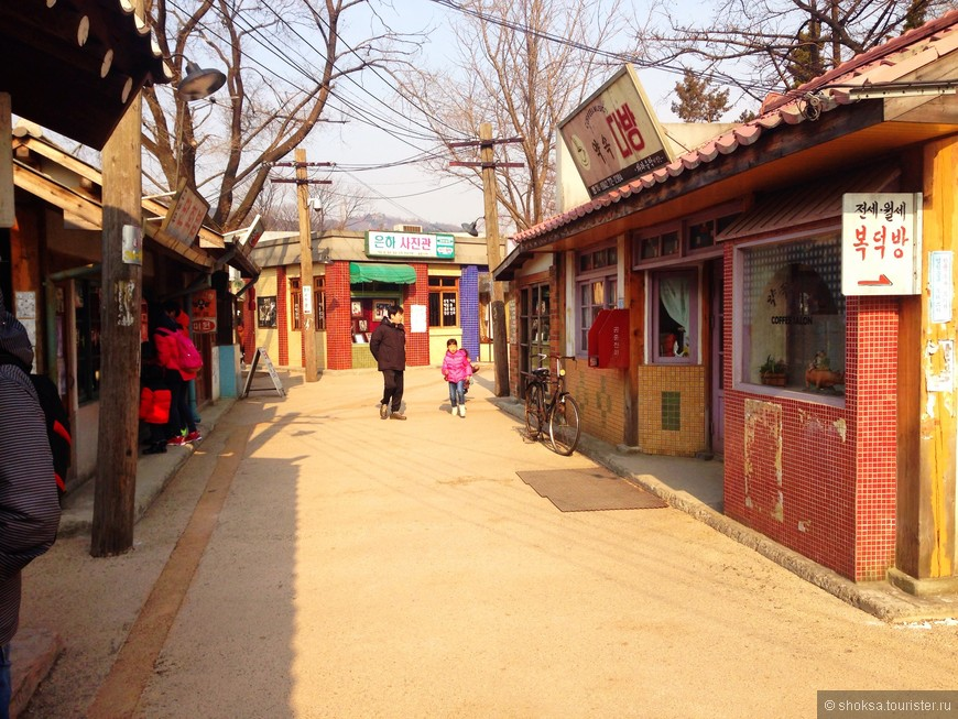 А это целый квартал Сеула в 50-60 -х в Национальном этнографическом музее Кореи. Полностью сохранены парикмахерская, книжный магазин, столовая, кафе, табачный магазин, гараж с легеднарной машиной того года и др. здания. В некотрые их них можно зайти, например в кафе и даже выпить кофе за ту же цену, что он стоил в 60-х.