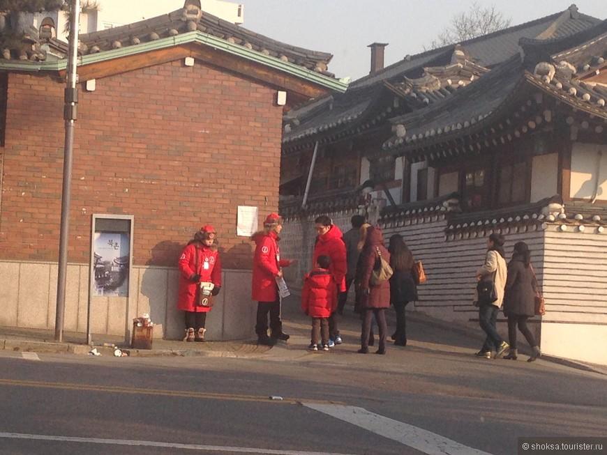 """В Корее сейчас очень нацелены  на туризм, как внешний так и внутренний. Для этих целей продумана инфрастуктура, сделаны специальные """"Туристические информационные центры"""", где бесплатно раздают карты, буклеты и др полезную информацию, а так же на улицах дежурят вот такие волонтеры."""