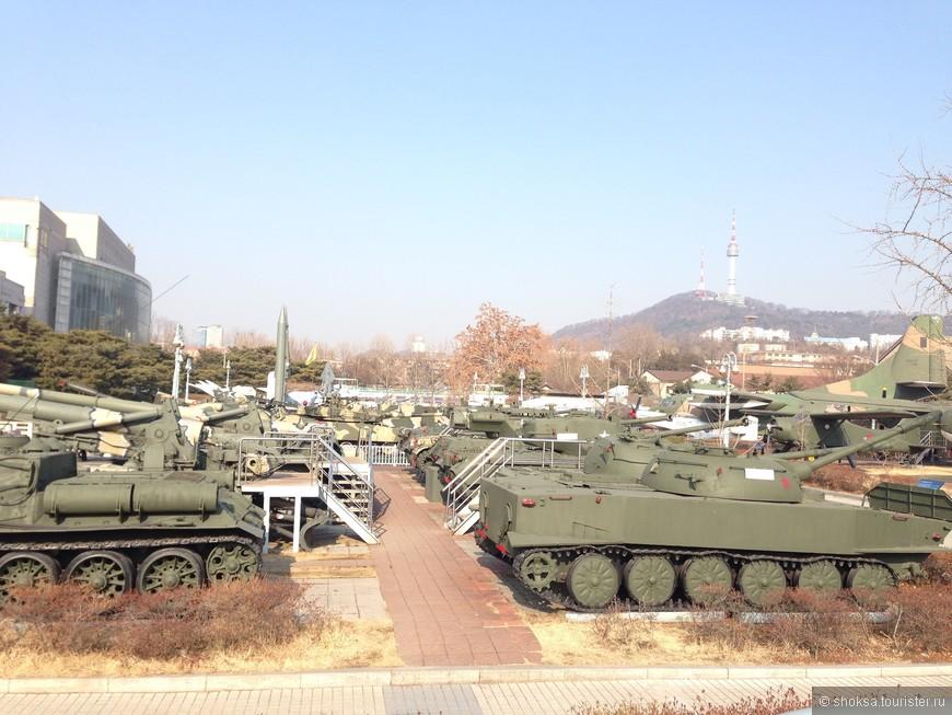 """По понедельникам в Сеуле не работаю практически все музеи и тур.места. В один из понедельников мы поехали в музей под открытым небом """"Музей войны"""", где собрана коллекция самолетов, вертолетов, танков и оружия. Так как вход свободный, то он был открыт. Муж был в восторге ;)"""