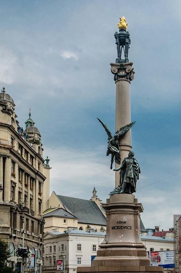 памятник Адаму Мицкевичу на площади Адама Мицкевича. Поэт и Ангел, слетающий к нему с лирой.