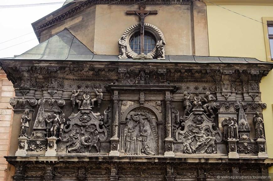 Внешний вид часовни Боимов, которая пристроена к Латинскому катедральному собору - сплошной каменный рельеф. Жаль внутрь не довелось зайти.