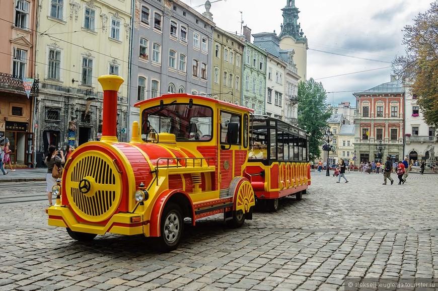 Туристический трамвайчик, который возит экскурсии по историческому центру.