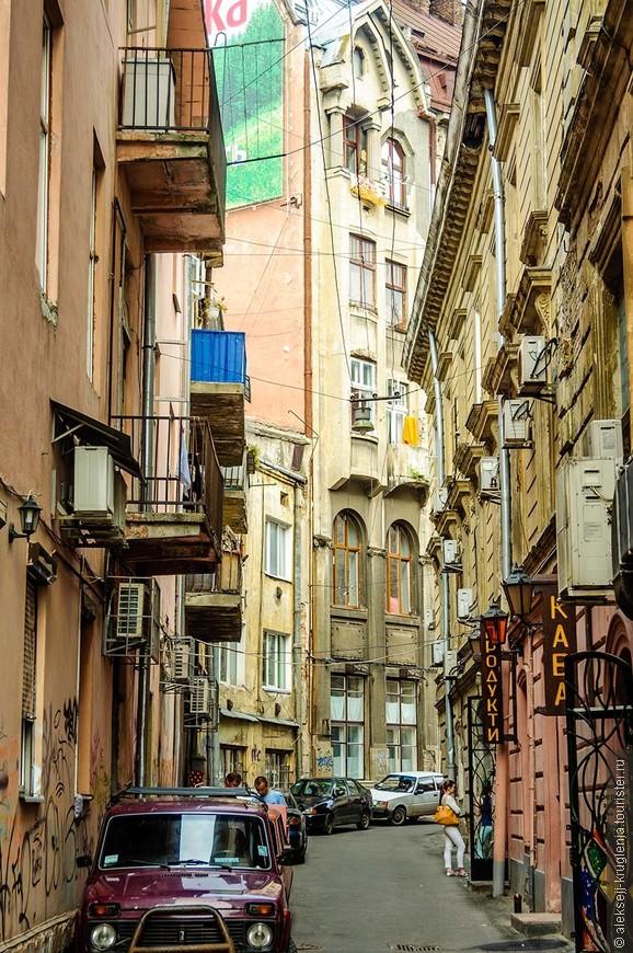 Одна из узеньких улочек в самом центре города.