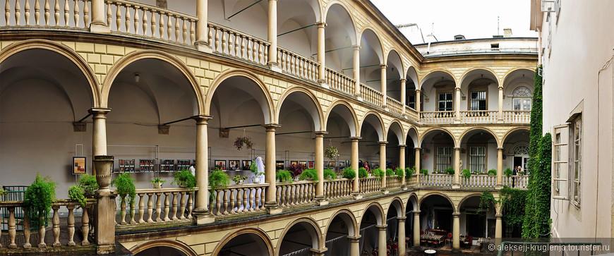 Итальянский дворик - популярное место для съемки свадеб.