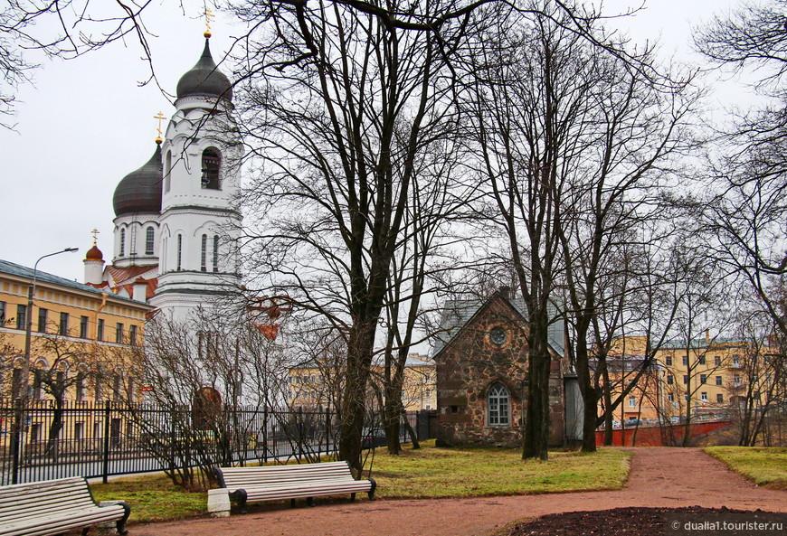 Вход в парк бесплатный. У ограды парка белоснежный собор Архангела Михаила