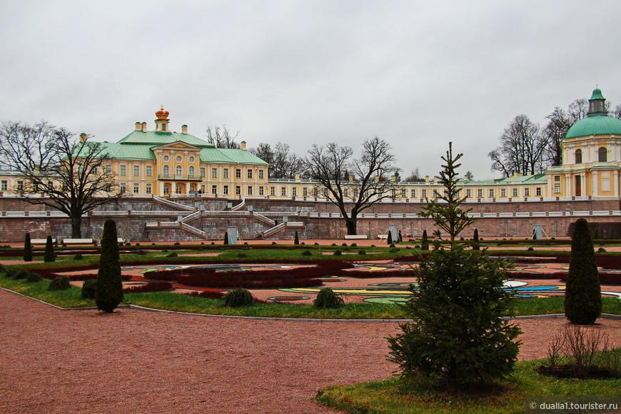 Большой Меншиковский дворец, построенный в 1710-1727 гг, до сих пор остается центральным строением парка (и ярчайшим представителем «петровского барокко»).