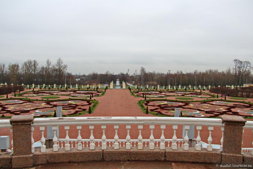 Нижний сад – один из первых регулярных садов в России. Неверно, зима (даже без снега) не самое лучшее время для осмотра садов, но и сейчас можно было увидеть цветочные клумбы, ровно высаженные деревья и аккуратно подстриженные кустарники. Особенно красив вид на сад с террас Большого дворца