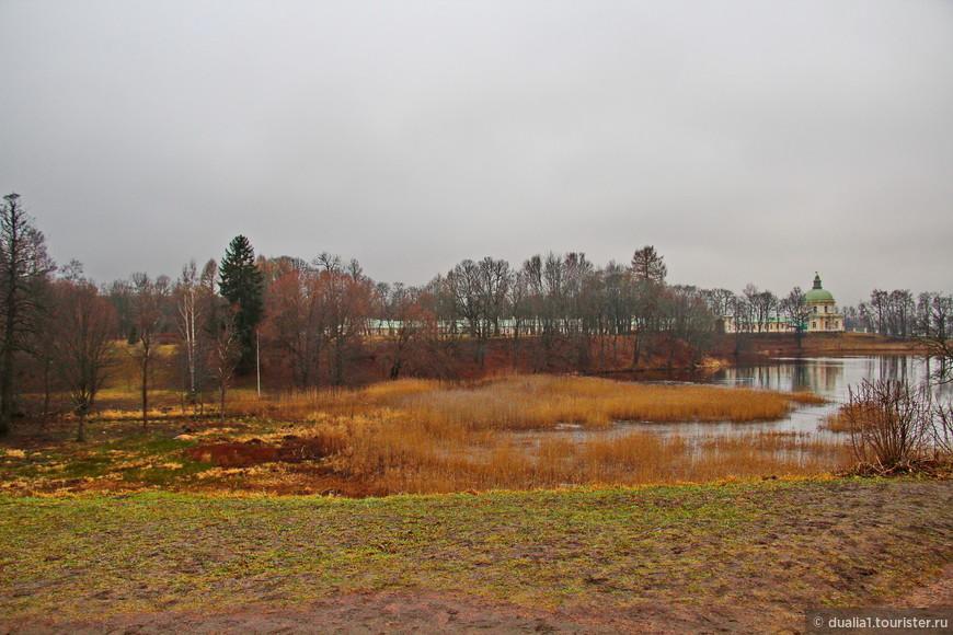 Петровский парк - это обширные Нижний и Верхний пруды и вьющаяся в ложбине речка Карость.  С ее  холмистых берегов открывается вид на зеркальную гладь прудов.
