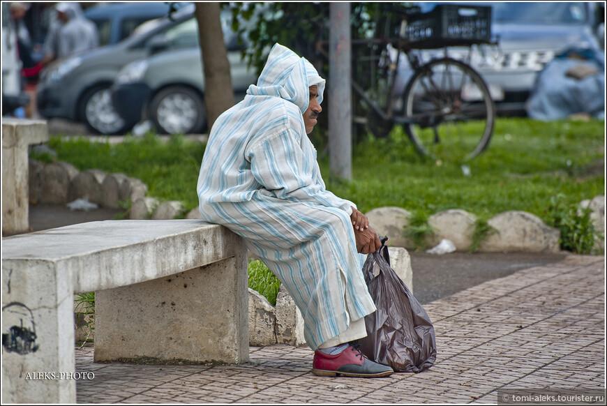 Вот такой оригинальный местный житель в марокканском халате...