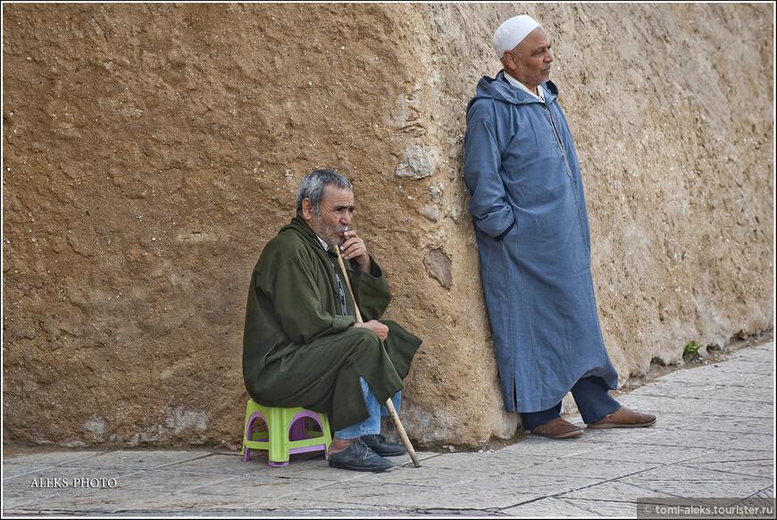 Хорошо жить в Африке. Сидят и медитируют целый день. Это местные жители, которые живут в медине прямо внутри крепости...