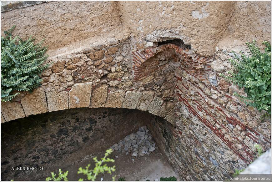 Каменная кладка одного из подземелий, которое  мы встречаем по пути выглядит весьма загадочно...