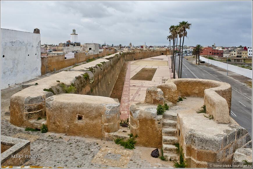 Крепость, которую мы обошли по периметру и которая занесена в список Всемирного наследия ЮНЕСКО, как исторический памятник, который построили португальцы на берегу Атлантики. Теперь мы направляемся на берег, рядом с крепостью, чтобы увидеть океан во время отлива...