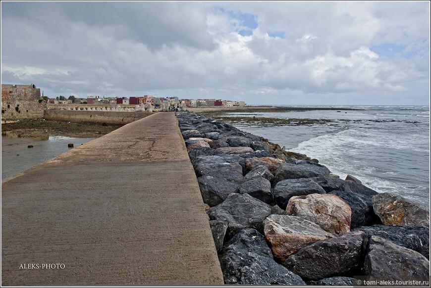 Со стороны океана дамба выложена шикарными камнями, которые видимо привезли сюда специально.