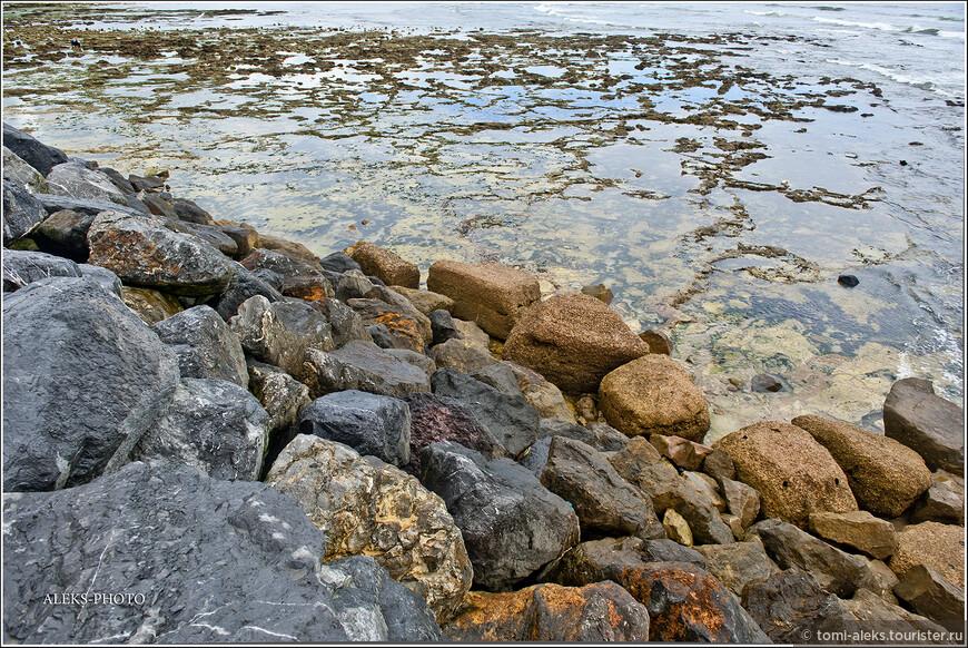 Камни и волны радуют глаз. Люблю снимать такие виды...