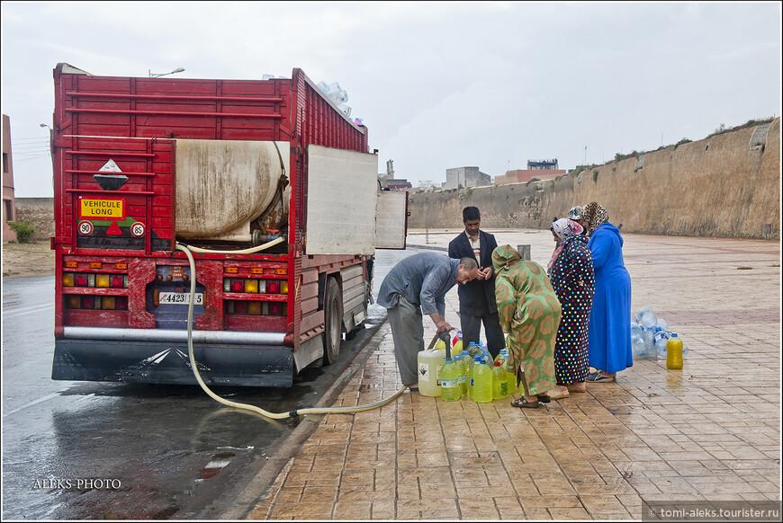 А это у крепостной стены что бы вы думали? Я для себя сделал вывод, что так марокканские хозяйки запасаются мылом впрок. Не бензин же они разливают в канистры?