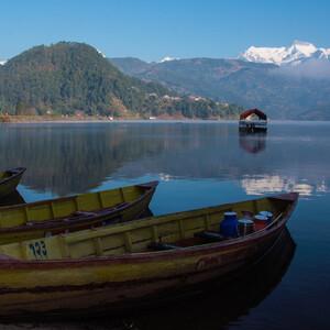 ранее утро! лодки ещё на приколе. Вдалеке пол красной крышей - плав средство, сооруженное из двух спаренных лодочек