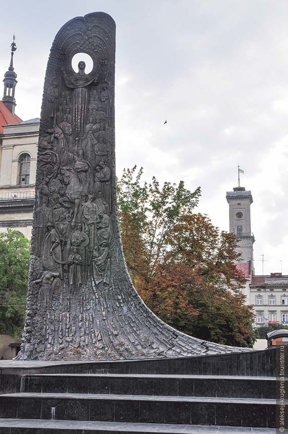 Часть памятника Тарасу Шевченко и Ратуша на площади Свободы.