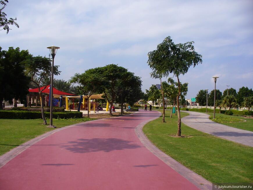 Также  в парке (весьма традиционно для Эмиратов) имеются две больших детских площадки.
