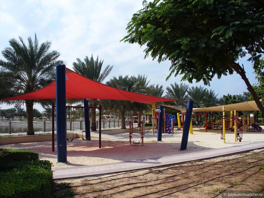 Большинство детских площадок Дубая обязательно накрыты тентами, для защиты детишек от солнечных лучей.