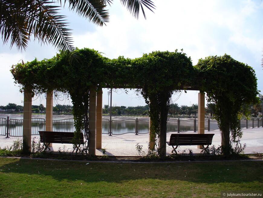В центре парка - искусственное озеро, из которого периодически бьет фонтан.