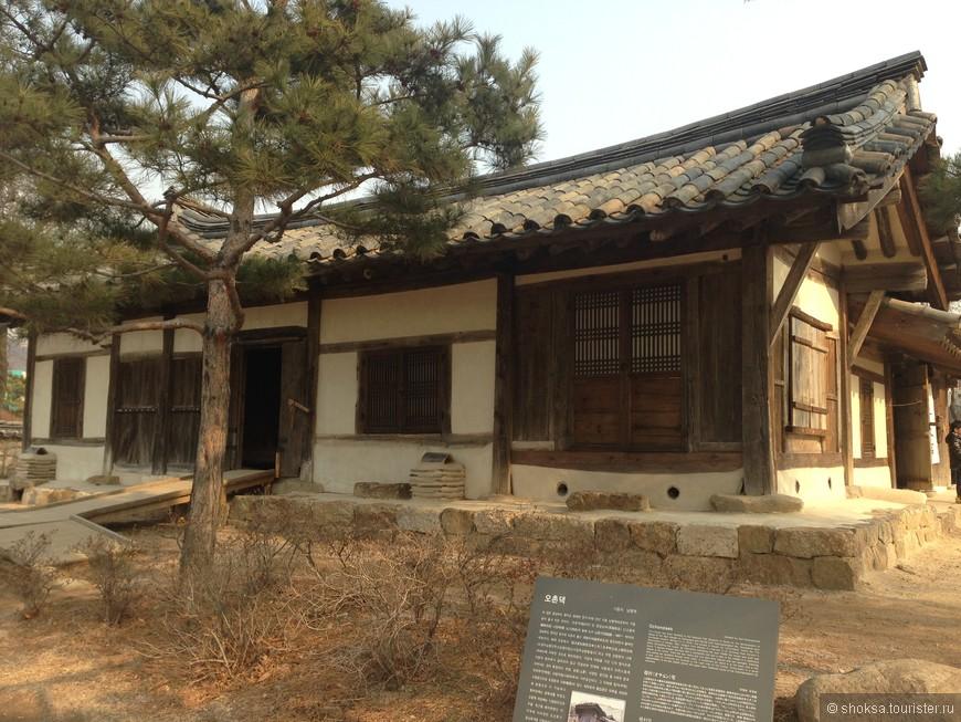 """Меня очень поразило стремление корейцев сохранить свою историю. Понятно, что история и город не может стоять на месте, надо развиваться. Но корейцы перед застройкой кварталов новыми соврмененными зданиями старые, интересные дома перенесли в """"фольклорные деревни"""". Их в сеуле несколько. На фото один из таких """"перенесенных"""" домов нач ХХ в. Это теперь музейный экспонат, по нему можно походить, потрогать, познакомиться с бытом."""