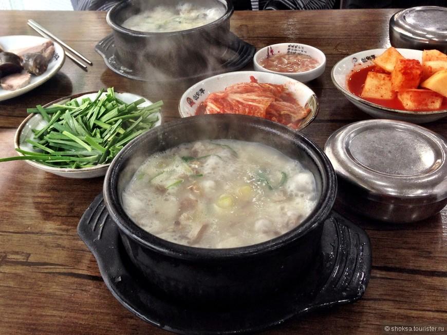 Традиционное блюдо  Суп Комтхан. Разнообразные закуски и Ким-чи подаются к основному блюду бесплатно.