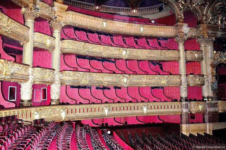 Красно-золотой зрительный зал был в кромешной темноте. И здесь французы экономят на туристах.