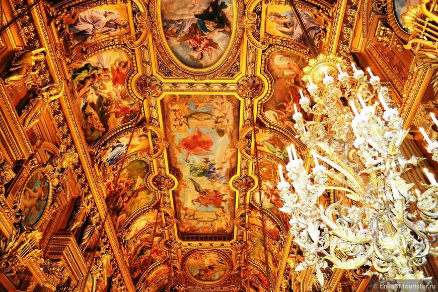 Необыкновенный потолок Большого Фойе.