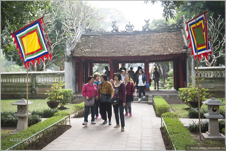 Почти тысячелетний Храм Литературы создал император Ли Нхань Тонг, как дань конфуцианству. Ханойцы почитают храм не меньше, чем пекинцы — свой Храм Конфуция.