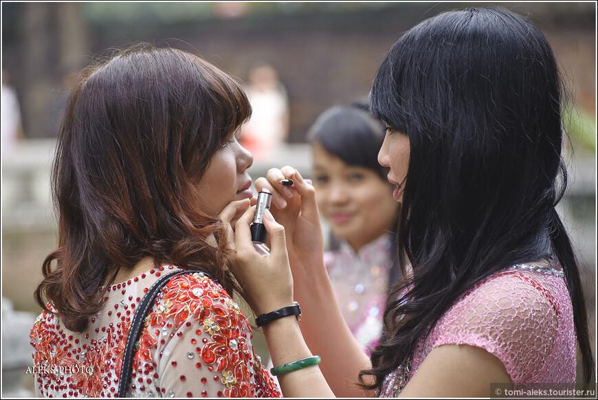 Хочется отметить, что вьетнамки в своем большинстве далеко не красавицы. Я для себя определил два типажа. У одних — крупные черты лица, напоминающие тайских трансвеститов. А другие, словно принцессы — обладают утонченными личиками, от которых глаз не отвести. При этом соотношение: три к одному. Но практически у всех — стройные фигурки. Толстушек во Вьетнаме мы не видели ни разу...