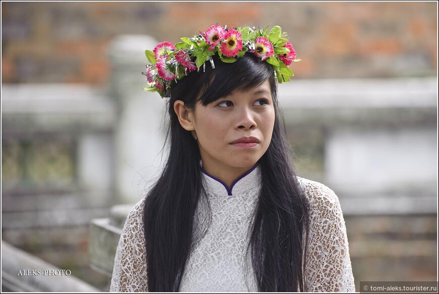 Вот такая вьетнамская красота. Черты лица у вьетом, прямо скажем, очень далеки от классических канонов. Но смотря с кем сравнивать...