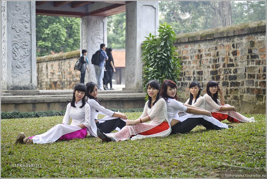 """Большинство вьетнамских женщин носит приталенное платье со стоячим воротничком - аозай, которое немного напоминает халат. Меня удивило, что это шелковое платье состоит из трех слоев. В тонкостях дизайна одежды я слабо разбираюсь. Но могу сказать точно, что в сочетании с шелковыми брюками такая """"конструкция"""" делает из любой девушки стройняшку. Хотя, как я уже упоминал, они итак все стройные от природы..."""