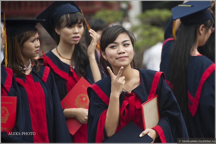 А вот это уже явно - американское влияние. И это несмотря на то, что северный Вьетнам довольно долго существовал в изоляции от западного мира. Здесь , действительно, с английским - полная напряженка. Но язык жестов - международный...