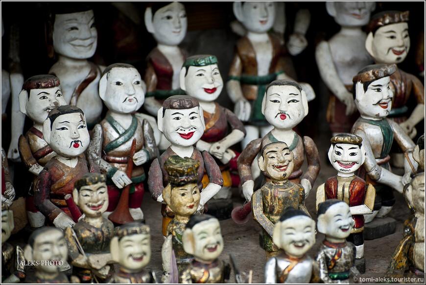 Вот такие фигурки можно увидеть во многих сувенирных лавках Ханоя. Вид у них, конечно, грубоватый, лубочный какой-то...