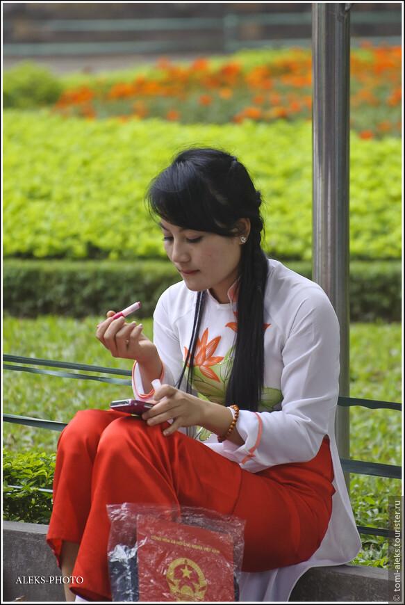 Дипломы - в сумку и готовимся к фото сессии. Интересный наряд вьетнамских девушек - с такими вот брюками...