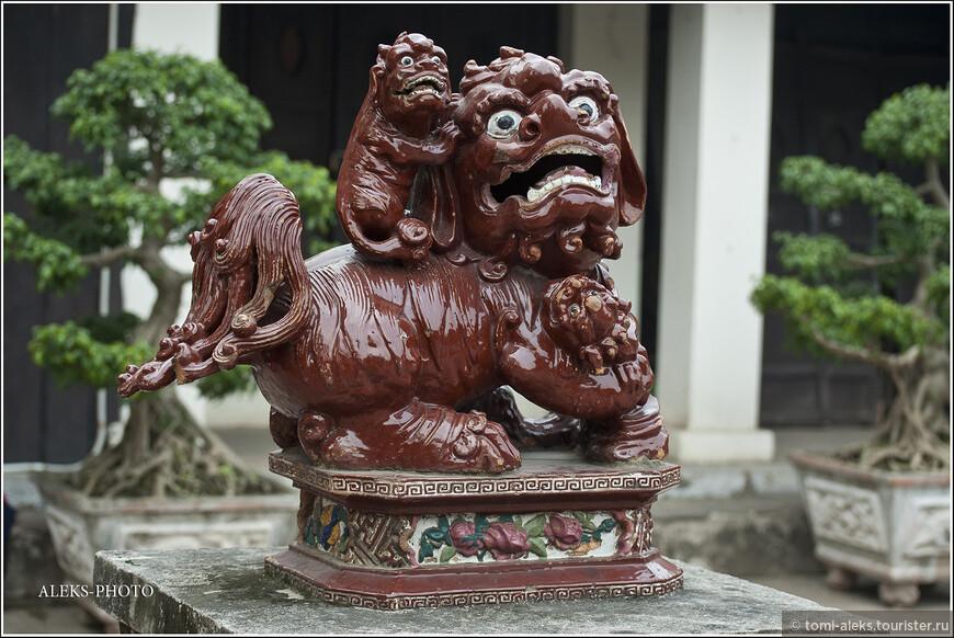 Этот монстрик, судя по всему, лев - правда - очень стилизованный. Пекинские львы показались мне более натуральными, чем Ханойские...