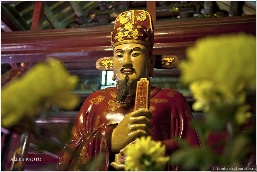 Внутри Храм Литературы стоят характерные скульптуры, а также подношения в виде цветов и фруктов. Все это - довольно загадочно и интересно. Правда, там было темно. Но то, что я увидел снаружи - меня порадовало больше. А всяких сидящих на постаменте будд я вдоволь насмотрелся и в Китае...