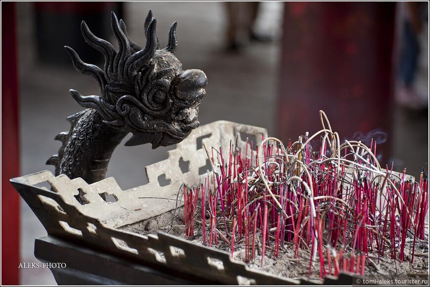 Дракон - один из символов, который мы часто видели во вьетнамских буддистских храмах. Хотя, скажу честно, что мы намного чаще встречали католические  церкви. Французы постарались...
