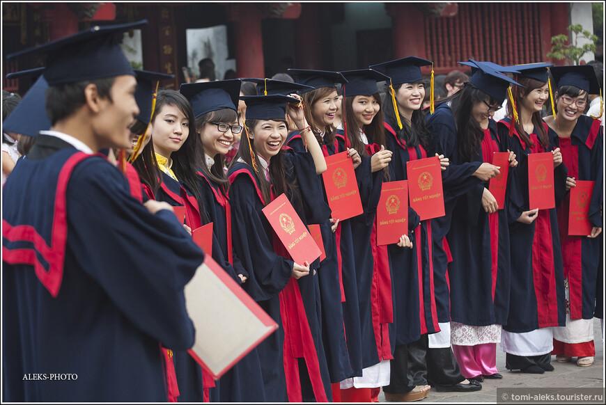 На основе храма возник первый вьетнамский университет. А сегодня ВУЗов в столице страны — целых 25! И это место, судя по всему, обязательно к посещению всеми выпускниками в день получения диплома...