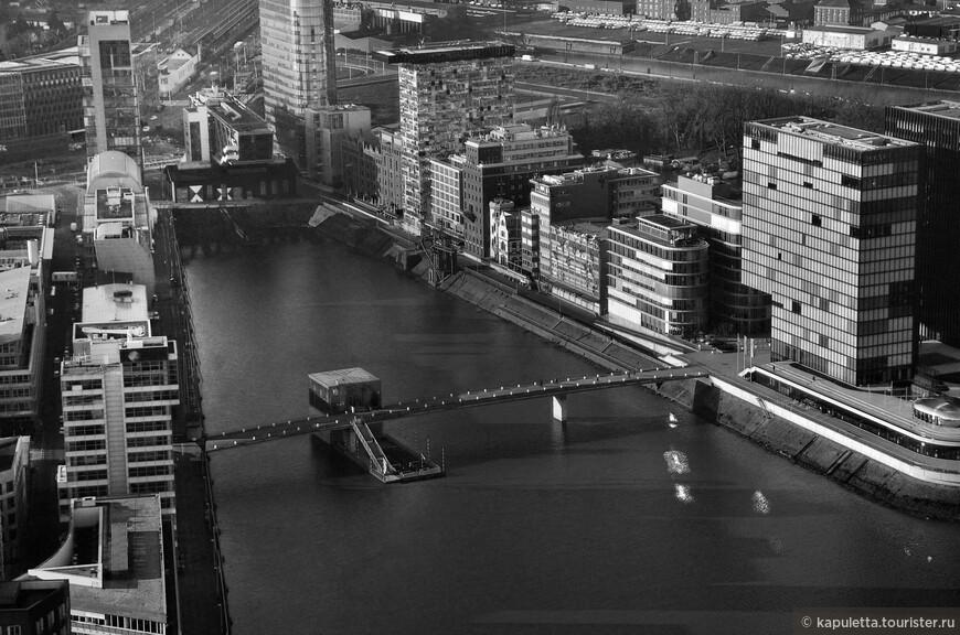 """Перемычка-мостик  """"The Living Bridge"""" 150 m длина, 11,60 m ширина, пилон со стеклянным двухэтажным рестораном """"Lido"""" и терассой (постройка 2005 года)."""