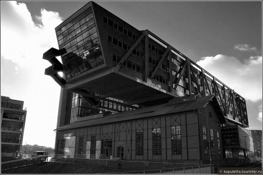 Что ценно, я узнала  об интереснейшем человеке - Лазаре Лисицком. Этот дом - его. Дома-утюги, горизонтальные небоскребы...Их много в Европе. А он -простой русский еврей, похороненный в Москве.Именно так выглядели  «Горизонтальные небоскребы» Лисицкого (идеи 1923-25) – длинные трехэтажные здания, поднятые на 50-метровые ноги. Оправданием этой смелой идеи был принцип «максимум полезной площади при минимальной подпоре».